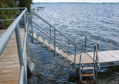 Stairs from shoreside platform to leg dock